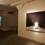 04 Ausstellungsort: Rechts: Santiago Sierra - Frau mit Hut sitzend