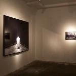 03 Ausstellungsort: Links: Santiago Sierra - Frau mit Hut sitzend Rechts: Die Anarchisten