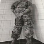 """19 """"Edition"""" Santiago Sierra Santiago Sierra - Kriegsveteran aus Afghanistan und Irak mit dem Gesicht zur Wand, Siebdruckwerkstatt Neukölln"""