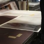 """18 """"Edition"""" Santiago Sierra Santiago Sierra - Kriegsveteran aus Afghanistan und Irak mit dem Gesicht zur Wand, Siebdruckwerkstatt Neukölln"""
