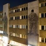 06 Santiago Sierra - Kriegsveteran aus Afghanistan und Irak mit dem Gesicht zur Wand, Falckensteinstrasse Berlin 2011