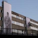 05 Santiago Sierra - Kriegsveteran aus Afghanistan und Irak mit dem Gesicht zur Wand, Falckensteinstrasse Berlin 2011