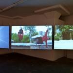 """Ausstellungsort: 3-Kanal-Videoinstallation von Democracia - """"Ser y Durar"""" (2011)"""